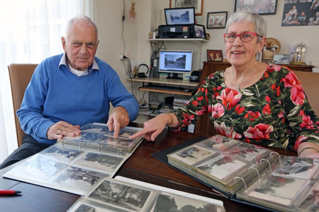 <p>Nelleke en haar broer Kees hebben samen heel wat uren doorgebracht om de ansichtkaarten te scannen voor het plakboek.</p> ((Foto: Theo Annes)) © rodi