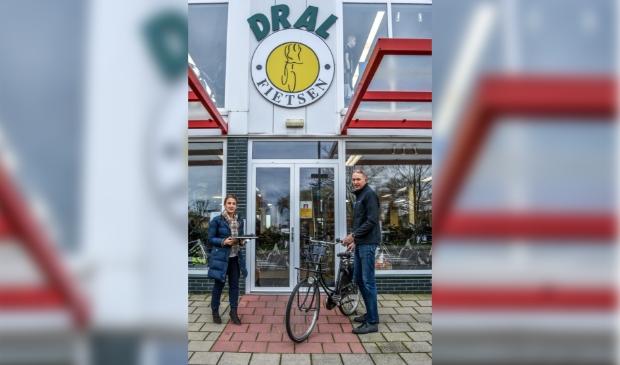 <p>Seval &Ouml;zcan (links) krijgt uit handen van rijwielhandelaar Hans Dral de fiets overhandigd. &nbsp;</p>