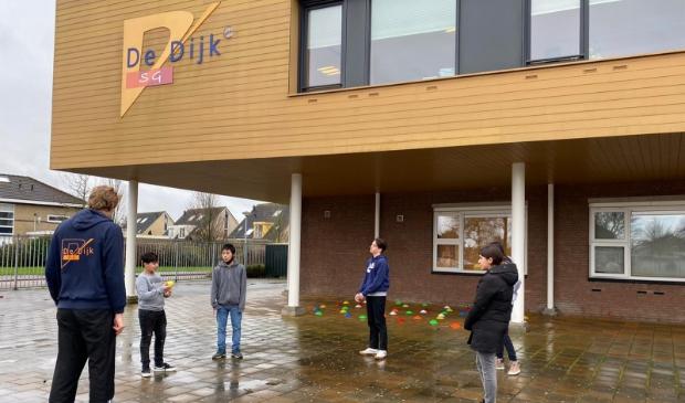<p>Bram Ratten, docent LO op SG De Dijk sport met leerlingen van SG De Dijk.</p>