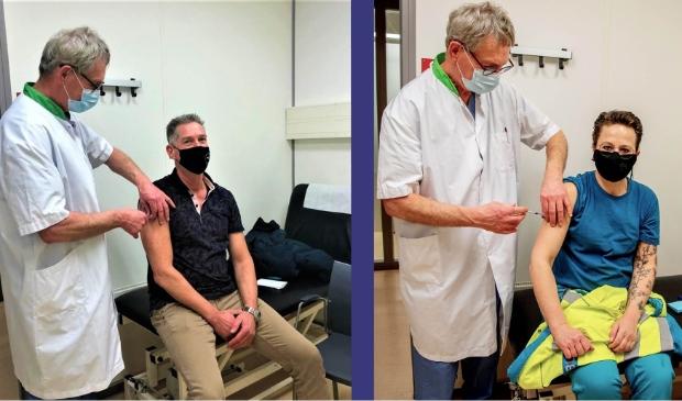 <p>Ambulancemedewerkers Micha (l) en Judith kregen het coronavaccin toegediend.</p>