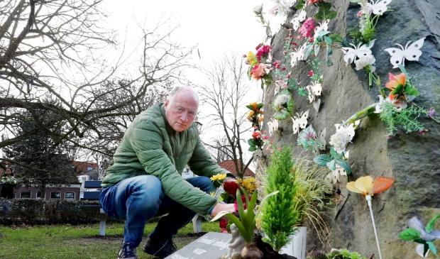 <p>Jack Keijzer bij de Vlinderrots in Hoorn, waarop ook de naam van zijn zoon Pascal een plekje heeft gekregen.</p>