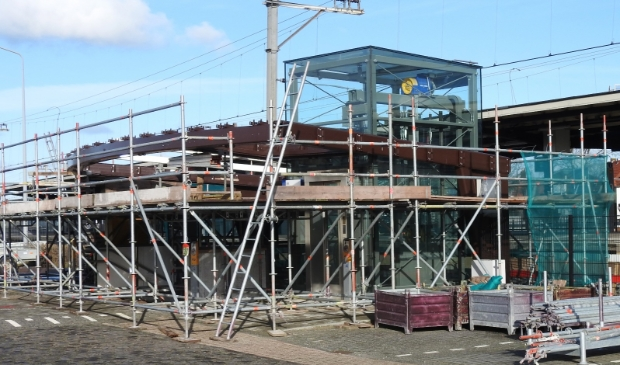<p>Duinzijde NS-station nog een maand in de steigers.</p>