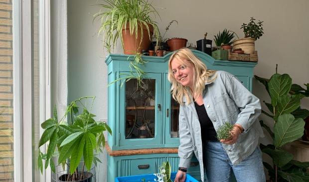 <p>Mirthe Stoop bij een krat vol adoptieplanten. &quot;Linda, kom jij je plantje nog ophalen?</p>