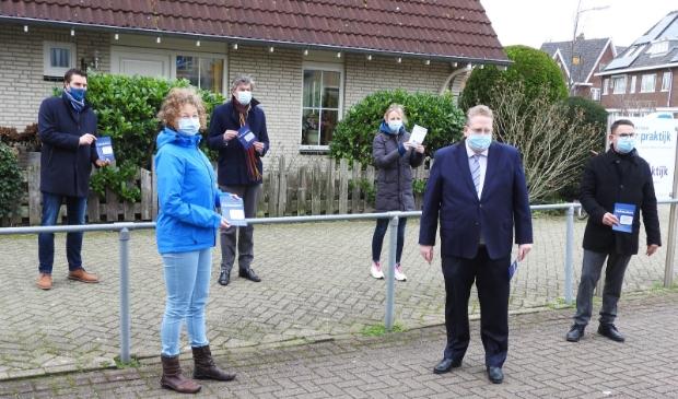 <p>Fotobijschrift; Demonstratieve uitreiking van de diner-bon door burgemeester Mans en wethouder Slettenhaar aan vertegenwoordigers Buurt- en Thuiszorgorganisaties.</p>
