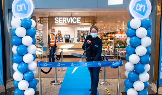 <p>Supermarktmanager Bregje Maes opent vernieuwde AH Castricum.</p>