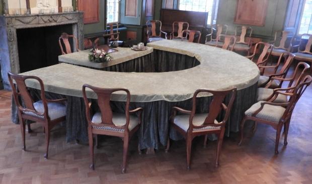 <p>De fraaie gestoffeerde stoelen in het sfeervolle interieur.</p>