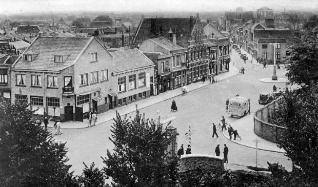 <p>Gezicht op het Koningsplein, de Prins Hendriklaan en verderop de Koningstraat, gezien vanuit de Postbrug.</p>