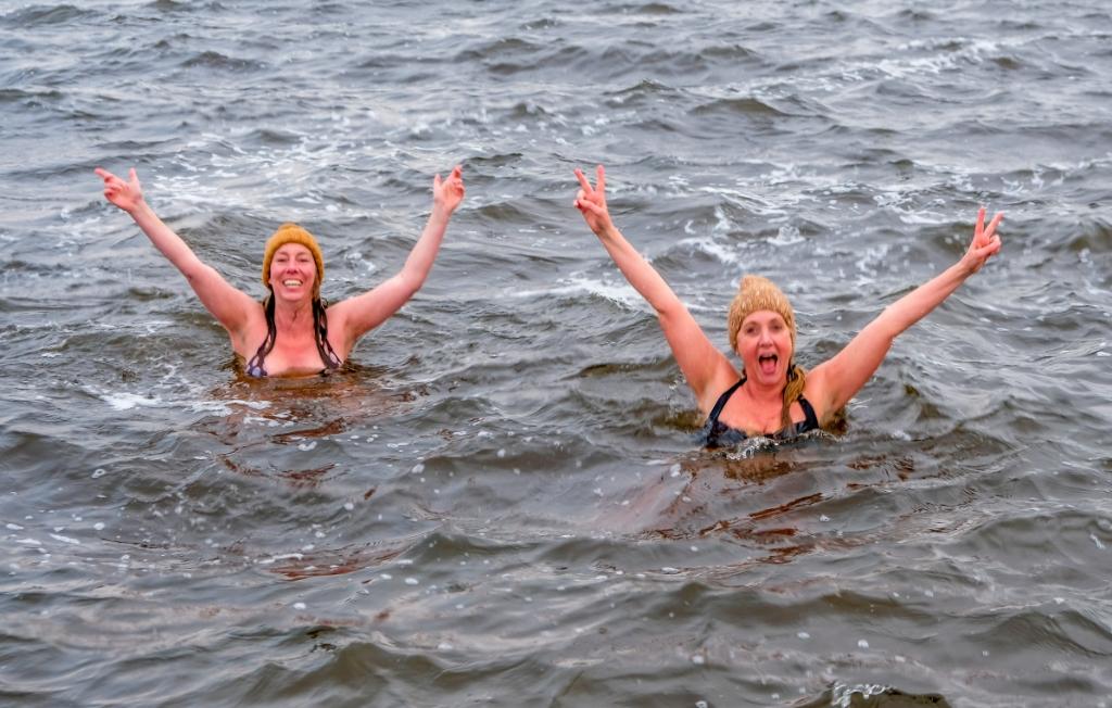 <p>Elrieke en Yvette kennen geen koudwatervrees.</p> <p>(Foto: Bert Westendorp)</p> © rodi