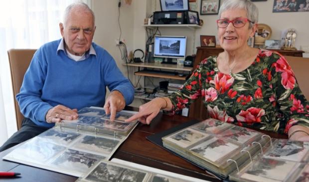 <p>Nelleke en haar broer Kees hebben samen heel wat uren doorgebracht om de ansichtkaarten te scannen voor het plakboek.</p>