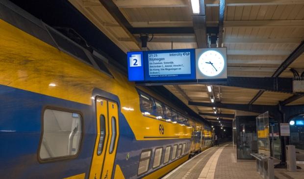 <p>Avondklok is ingegaan en toont een verlaten NS-station Castricum.</p>