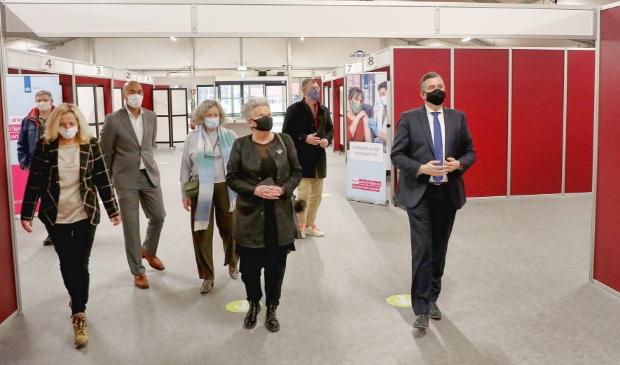 <p>Burgemeester Emile Roemer en onder meer wethouders Konijn (Alkmaar) en Kos (Den Helder) bezoeken de priklocatie in Alkmaar.</p>