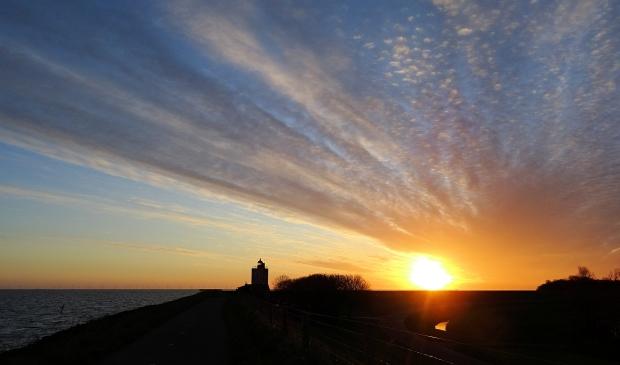 <p>Vuurtoren Andijk bij zonsopgang.</p>