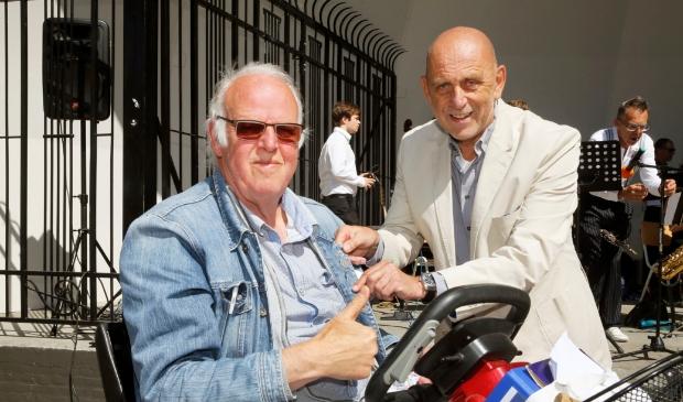 <p>Willem Visser krijgt voor zijn 10-jarige organisatie van het Kunstplein Schagen het Schager Compliment van wethouder Ben Blonk.&nbsp;</p>