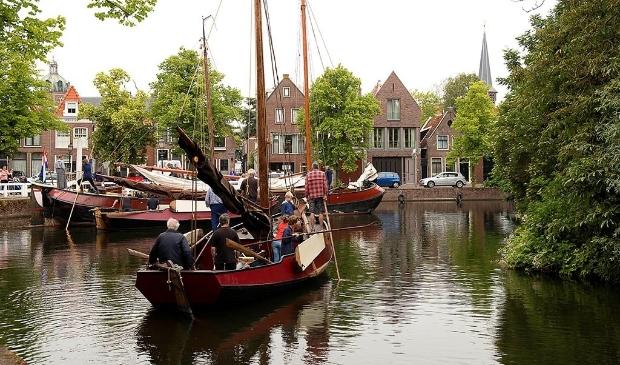<p>Om de beleving van de historische haven en de schepen te verbeteren, wordt langs het lint een informatieve wandeling gerealiseerd met verhalen van de haven en de historische schepen.</p>