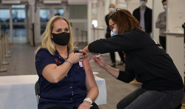 Janneke (45) was vrijdag de eerste gevaccineerde van de regio Kennemerland.