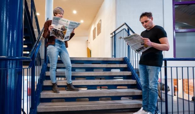 """<p pstyle=""""PLAT"""">Docent biologie Martin Harinck en docent Engels Janne Cress bekijken tevreden de Nieuwsjagerseditie die in een oplage van 36.000 exemplaren verscheen.</p>"""