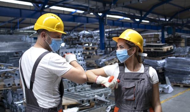 Mag een werkgever zijn medewerkers verplichten een mondkapje te dragen?