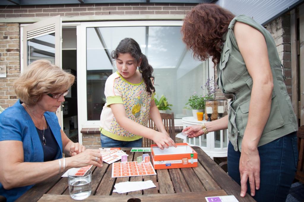 <p>Een vrijwilliger van Home-Start helpt een gezin.</p> (Foto: Bob van der Vlist) © rodi