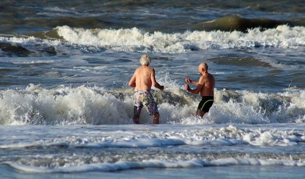 <p>Zwemmen in de koude zee. Je moet er maar zin in hebben.</p>