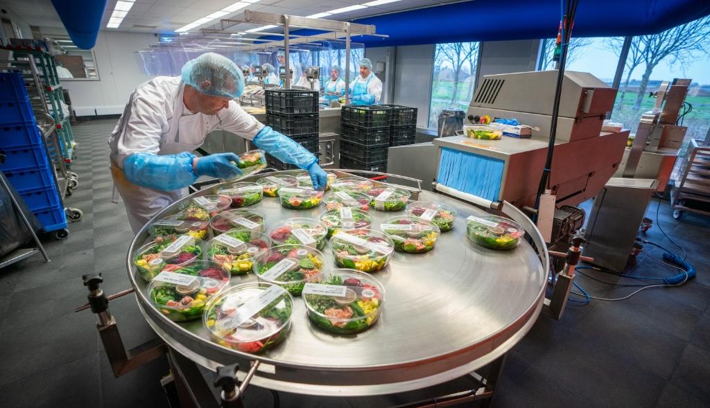 <p>Hier worden alle maaltijden van een sticker voorzien.</p> ((Foto: aangeleverd )) © rodi