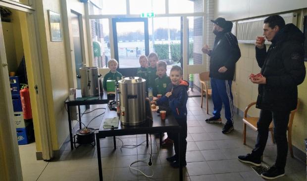<p>Kinderen kregen allemaal heerlijke warme chocolademelk bij hun oliebol.&nbsp;</p>