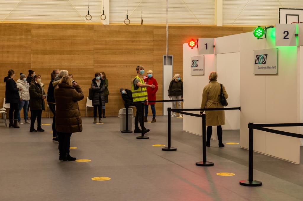 <p>Onmiddellijk na de startprik ontstond een rij met wachtenden in de hal van het sportcentrum.</p> (Foto: Han Giskes) © rodi