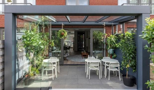 <p>verkrijgbaar als veranda &oacute;f als tuinkamer, compleet met voor- en zijwanden</p>