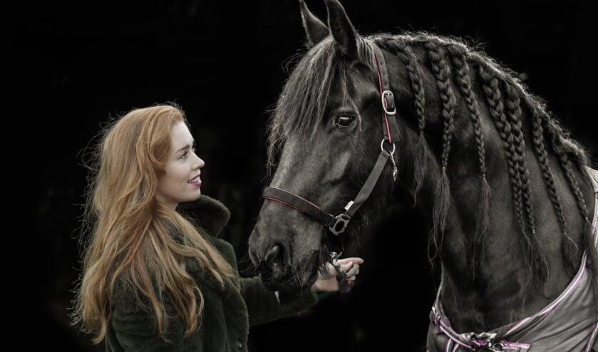 Antoinette de Jong met haar andere liefde: paarden. ,,Ik heb inmiddels samen met mijn opa een veulen gefokt. Dat vind ik echt wel iets voor de toekomst.'' (Foto Timsimaging)