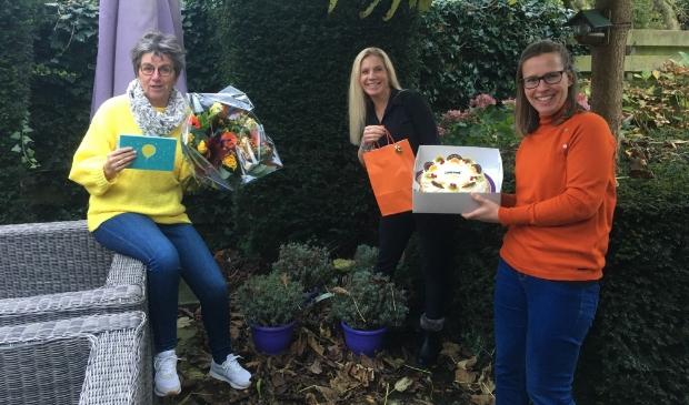 <p>Home-Start wordt gefeliciteerd met de nominatie voor de vrijwilligersprijs. V.l.n.r. staan Tryja Boven (vrijwilliger), Christine Samsom (coördinator) en Saskia Hartmans.</p>