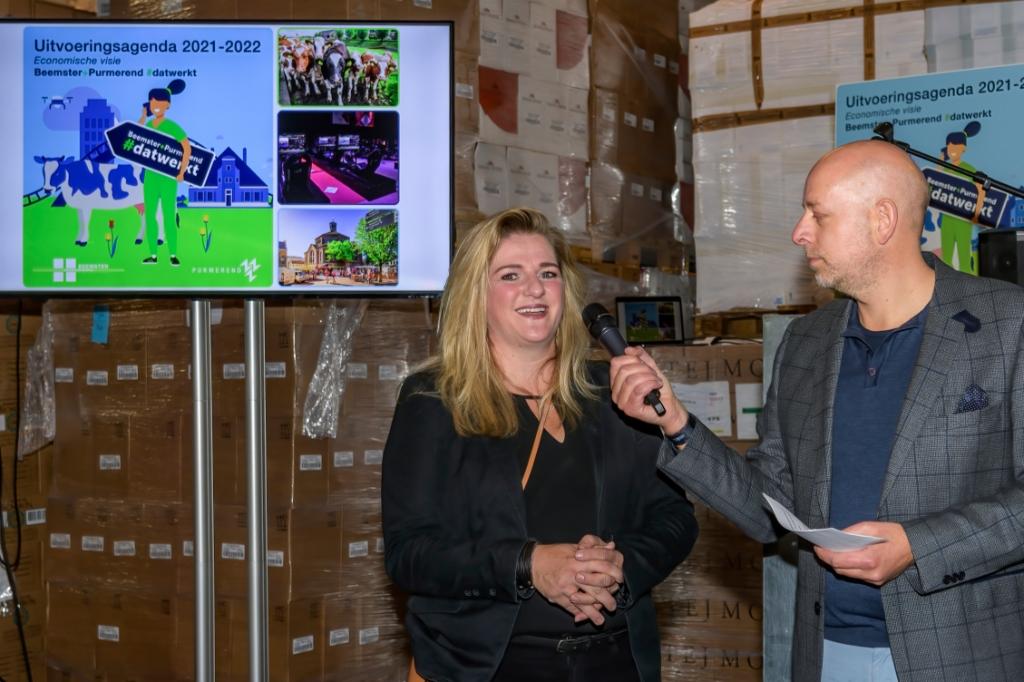 Astrid Francis vertelt onder andere over de vorderingen met betrekking tot de winkel. ((Foto: Evert Ruis)) © rodi