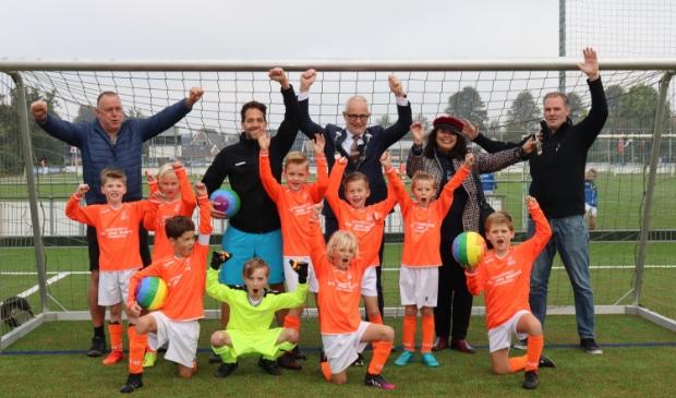 <p>&nbsp;Burgemeester Van den Hengel en wethouder Wiersma-De Faria overhandigden regenboogballen aan de voetballers van VVS&rsquo;46. </p>