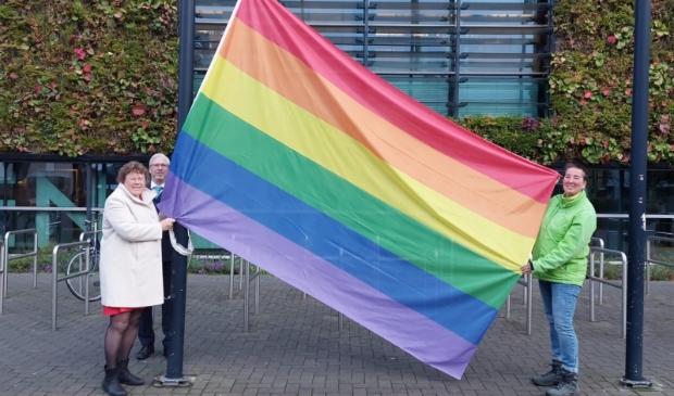 <p>Wethouder Annette Groot (l) en aandachtsfunctionaris LHBTI van MET Welzijn Suleika van Holland (r) hesen de regenboogvlag.</p>