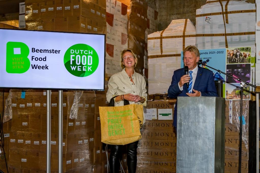 De opening van de Beemster Food Week werd verricht door Jaap Bond. Naast hem Daniëlle Woudstra van VISIT Beemster. ((Foto: Evert Ruis)) © rodi