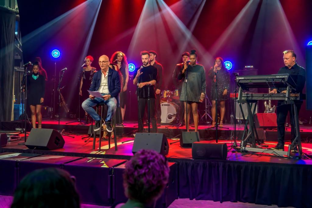 In aansluiting op het door Jeroen Riemeijer voorgedragen gedicht zorgde het ZO Gospel Choir voor een kippenveloptreden. ((Foto: Evert Ruis)) © rodi