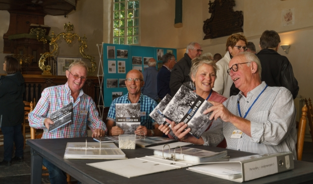 <p>Bestuursleden Niek Beerepoot, Frans Korse, Willy Schipper en Ben Kalb (v.l.n.r.) bladeren door het nieuwe boek dat de stichting heeft uitgegeven.</p>