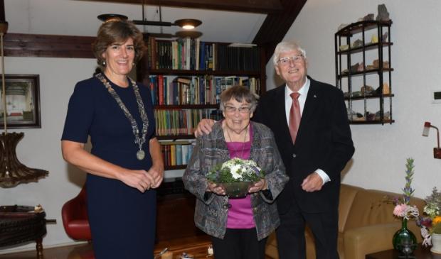 <p>Burgemeester van der Weele en echtpaar Perotti-van den Brink.&nbsp;</p>