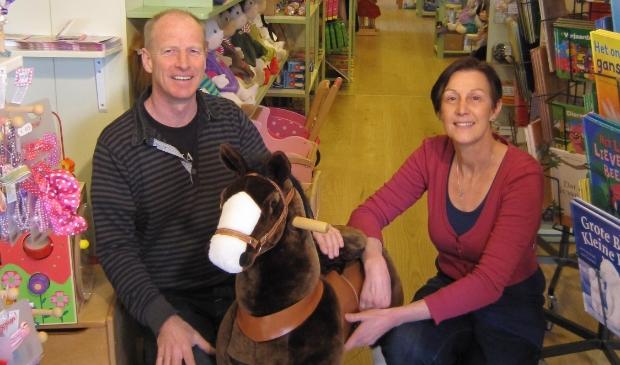 <p>John en Adriënne stoppen met hun houten speelgoedwinkel in Oostwoud.</p>