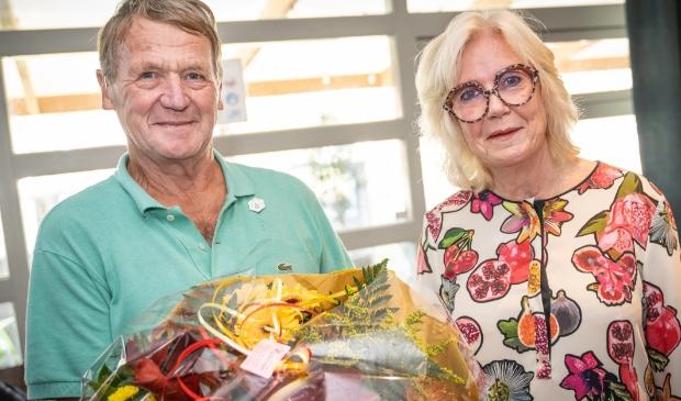 <p>Jan Ligthart krijgt uit handen van wethouder Joke Kruit het Schager Compliment.</p>