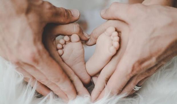 <p>Beide ouders krijgen volgend jaar in het eerste levensjaar van hun kind beiden negen weken gedeeltelijk betaald ouderschapsverlof.&nbsp;</p>