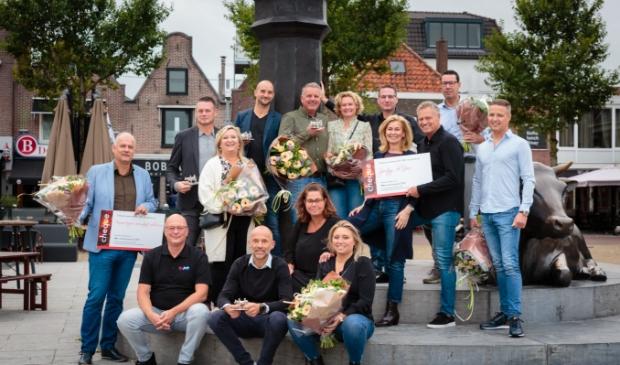 <p>De winnaars van 2020 en de genomineerden van dit jaar bij de bekende koe op de Koemarkt.</p>