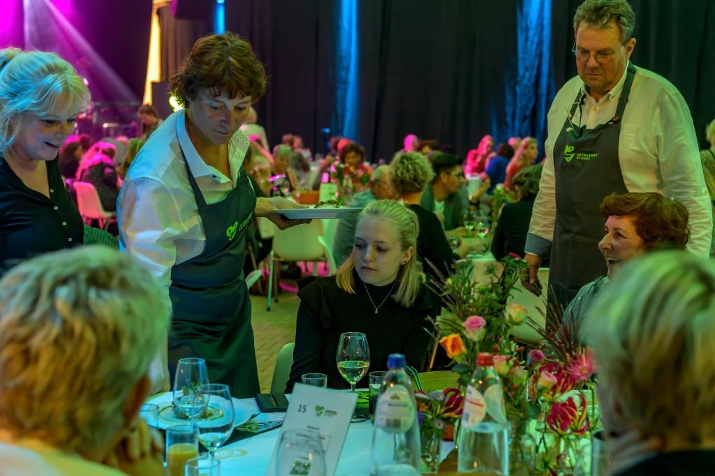 De zorgmedewerkers kregen een 3-gangen diner voorgeschoteld. ((Foto: Evert Ruis)) © rodi