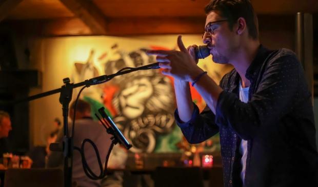 <p>Muzikant Denis Vuko tijdens zijn optreden afgelopen weekend in De Roode Leeuw.<br><br></p>