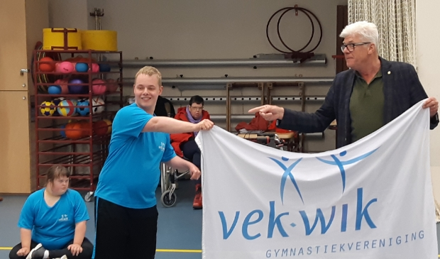 <p>Jorick ontving maandag speciale vlag uit handen van wethouder Luyckx.</p>