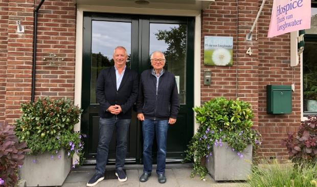<p>Frits Dix en Frits Janssen voor de entree van het hospice.</p>