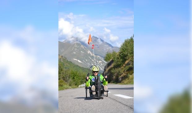 """<p pstyle=""""KOP"""">De Haarlemse handbiker Sandra beklom de top van een Val Thorens-berg voor de Cliniclowns.</p>"""