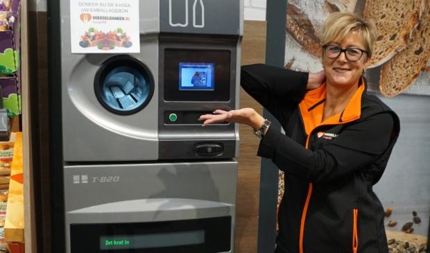 <p>Natascha Kramer, secretaris van Stichting Voedselbank, is heel blij met uw lege flessen.</p>