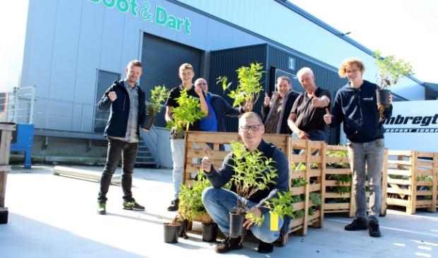 <p>Kwekerij De Pauze heeft de eerste planten geleverd. Vlnr: Peter van Midden, Moos, Frank Vergeer, Hylke Homan, Marcel van Beek, Sem, vooraan Jamie.</p>