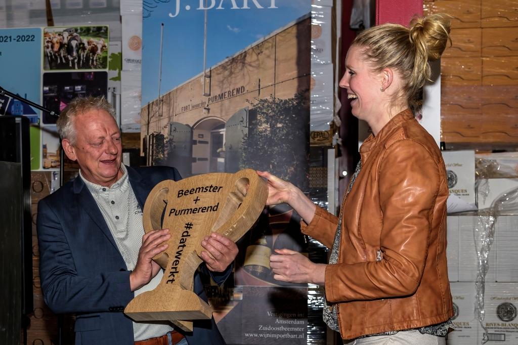 Een volkomen verraste Bart Kuipers krijgt van Sanne Konijn de Dat werkt # wisselbokaal. ((Foto: Evert Ruis)) © rodi