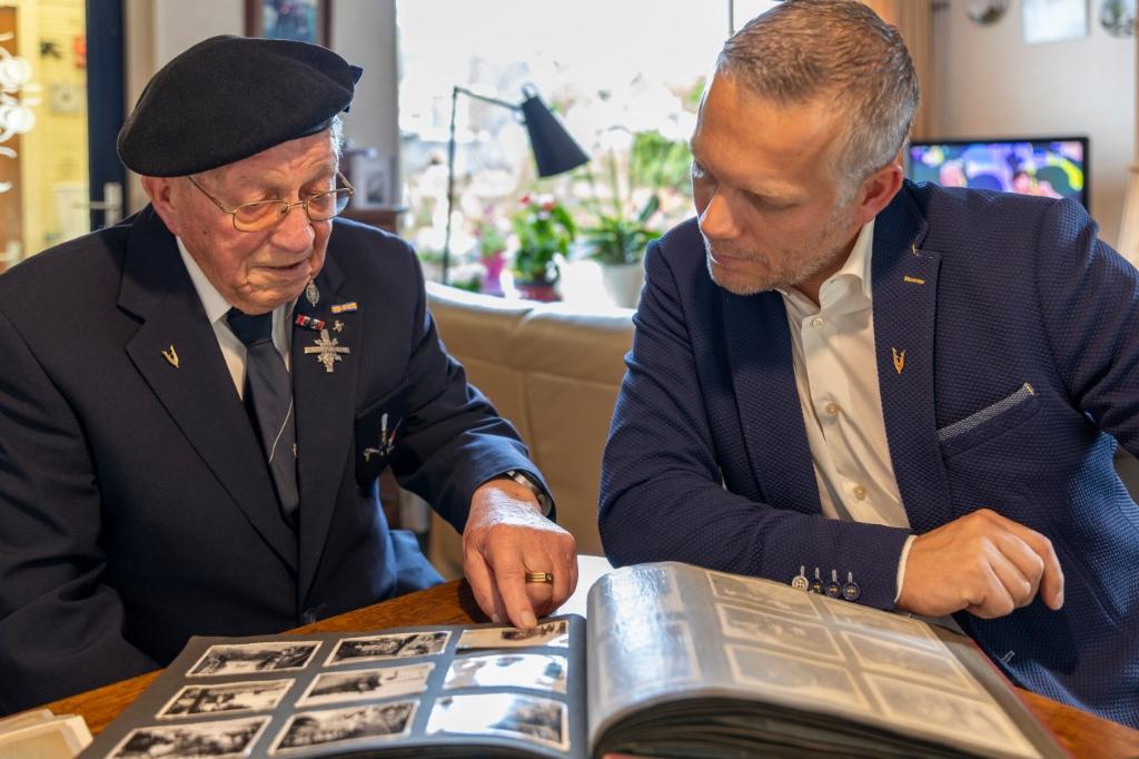 De veteranen Jan Willem Cornelissen (links) en Gerben Bak kijken naar de foto's die gemaakt zijn in Nederlands Indie. (Foto: AGHeeremansPhotography) © rodi