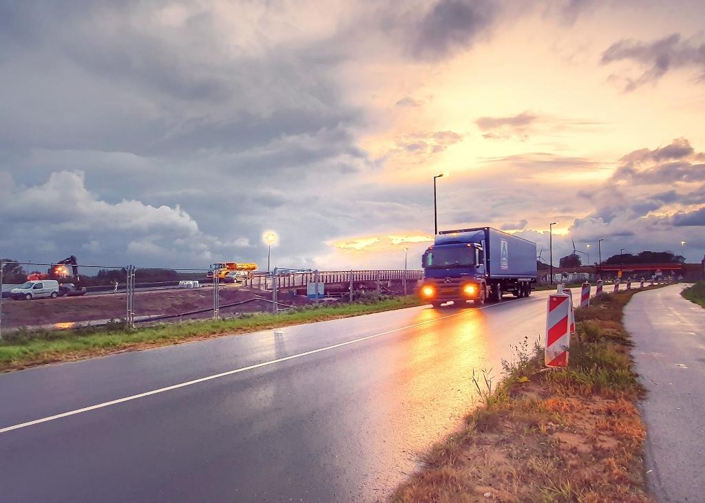 De vrachtwagen rijdt nog over de Maassluisedijk ter hoogte van het bouwterrein van de Blankenburgverbinding, sinds afgelopen zaterdag is deze situatie veranderd.